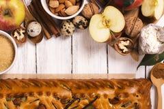 Πίτα της Apple με τα αμύγδαλα και την κανέλα Στοκ Φωτογραφίες