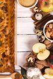Πίτα της Apple με τα αμύγδαλα και την κανέλα Στοκ Φωτογραφία
