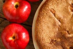 Πίτα της Apple με τα μήλα στο ξύλινο υπόβαθρο Στοκ φωτογραφία με δικαίωμα ελεύθερης χρήσης