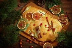 Πίτα της Apple με τα μήλα και κανέλα σε έναν ξύλινο στηθόδεσμο πινάκων και έλατου Στοκ φωτογραφία με δικαίωμα ελεύθερης χρήσης