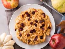 Πίτα της Apple με τα ξηρά τα βακκίνια Στοκ Εικόνες