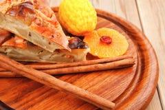 Πίτα της Apple με τα ραβδιά κανέλας Στοκ φωτογραφίες με δικαίωμα ελεύθερης χρήσης