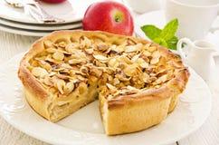 Πίτα της Apple με τα τηγανισμένα αμύγδαλα Στοκ Εικόνες