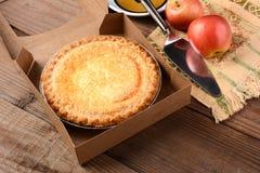 Πίτα της Apple με τα φρέσκα μήλα στον ξύλινο πίνακα Στοκ φωτογραφία με δικαίωμα ελεύθερης χρήσης