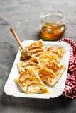 Πίτα της Apple με την κανέλα και το μέλι Στοκ φωτογραφίες με δικαίωμα ελεύθερης χρήσης