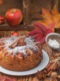 Πίτα της Apple με την κανέλα, καρδάμωμο, γλυκάνισο, κονιοποιημένη ζάχαρη Στοκ Φωτογραφίες