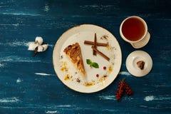 Πίτα της Apple με την κανέλα στο στρογγυλό πιάτο Στοκ Εικόνες