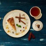 Πίτα της Apple με την κανέλα στο στρογγυλό πιάτο Στοκ φωτογραφία με δικαίωμα ελεύθερης χρήσης