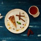 Πίτα της Apple με την κανέλα στο στρογγυλό πιάτο Στοκ εικόνες με δικαίωμα ελεύθερης χρήσης