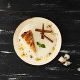Πίτα της Apple με την κανέλα στο στρογγυλό πιάτο Στοκ Εικόνα