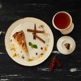 Πίτα της Apple με την κανέλα στο στρογγυλό πιάτο Στοκ Φωτογραφία