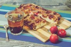 Πίτα της Apple με την κανέλα και ένα φλυτζάνι του τσαγιού Στοκ Εικόνες
