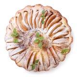 Πίτα της Apple με την κανέλα και μέντα που απομονώνεται στην άσπρη τοπ άποψη Στοκ Εικόνες