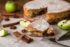 Πίτα της Apple με την κανέλα και τα ξύλα καρυδιάς Στοκ εικόνες με δικαίωμα ελεύθερης χρήσης
