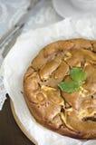 Πίτα της Apple με την κανέλα που διακοσμείται με τα φύλλα μεντών Στοκ Εικόνα