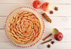 Πίτα της Apple με την κανέλα σε ένα πιάτο και τα μήλα και την κανέλα Στοκ φωτογραφία με δικαίωμα ελεύθερης χρήσης