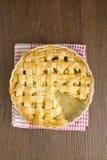 Πίτα της Apple με την κορυφή δικτυωτού πλέγματος με τη φέτα που λαμβάνεται Στοκ Εικόνα
