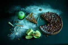 Πίτα της Apple με την κρέμα καραμέλας στο μαύρο πίνακα Στοκ Φωτογραφία