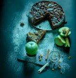 Πίτα της Apple με την κρέμα καραμέλας στο μαύρο πίνακα Στοκ εικόνα με δικαίωμα ελεύθερης χρήσης