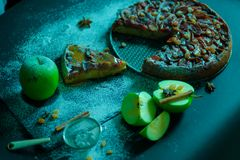 Πίτα της Apple με την κρέμα καραμέλας στο μαύρο πίνακα Στοκ φωτογραφίες με δικαίωμα ελεύθερης χρήσης