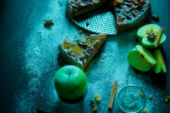 Πίτα της Apple με την κρέμα καραμέλας στο μαύρο πίνακα Στοκ Εικόνες