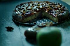 Πίτα της Apple με την κρέμα καραμέλας στο μαύρο πίνακα Στοκ φωτογραφία με δικαίωμα ελεύθερης χρήσης