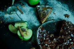 Πίτα της Apple με την κρέμα καραμέλας στο μαύρο πίνακα Στοκ εικόνες με δικαίωμα ελεύθερης χρήσης