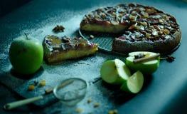 Πίτα της Apple με την κρέμα καραμέλας στο μαύρο πίνακα Στοκ Εικόνα