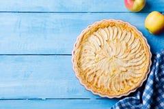 Πίτα της Apple με την κρέμα σε ένα μπλε ξύλινο υπόβαθρο Τοπ όψη διάστημα αντιγράφων Στοκ φωτογραφίες με δικαίωμα ελεύθερης χρήσης
