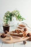 Πίτα της Apple με την κτυπημένη κρέμα που καλύπτεται από την ξυμένη σοκολάτα Στοκ φωτογραφία με δικαίωμα ελεύθερης χρήσης