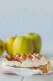 Πίτα της Apple με την κτυπημένη κρέμα που καλύπτεται από την ξυμένη σοκολάτα Στοκ Φωτογραφία