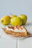 Πίτα της Apple με την κτυπημένη κρέμα που καλύπτεται από την ξυμένη σοκολάτα Στοκ εικόνες με δικαίωμα ελεύθερης χρήσης
