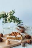 Πίτα της Apple με την κτυπημένη κρέμα που καλύπτεται από την ξυμένη σοκολάτα Στοκ Εικόνα