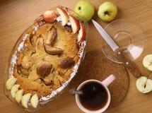 Πίτα της Apple με την περικοπή και ολόκληρο το πιατάκι μαχαιριών τσαγιού μήλων Στοκ φωτογραφία με δικαίωμα ελεύθερης χρήσης