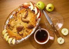 Πίτα της Apple με την περικοπή και ολόκληρο το πιατάκι μαχαιριών τσαγιού μήλων Στοκ Φωτογραφία
