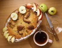 Πίτα της Apple με την περικοπή και ολόκληρο το πιατάκι μαχαιριών τσαγιού μήλων Στοκ Εικόνες