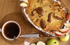 Πίτα της Apple με την περικοπή και ολόκληρο το πιατάκι μαχαιριών τσαγιού μήλων Στοκ φωτογραφίες με δικαίωμα ελεύθερης χρήσης