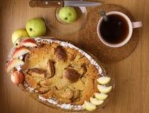 Πίτα της Apple με την περικοπή και ολόκληρο το πιατάκι μαχαιριών τσαγιού μήλων Στοκ Εικόνα