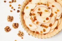 Πίτα της Apple με την προετοιμασία σταφίδων και καρυδιών, ακατέργαστη Στοκ Φωτογραφία