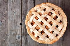 Πίτα της Apple με την υφαμένη ζύμη, ανωτέρω στο αγροτικό ξύλο Στοκ Εικόνες