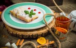 Πίτα της Apple με τη σάλτσα μούρων Στοκ φωτογραφίες με δικαίωμα ελεύθερης χρήσης