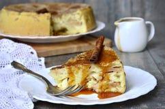 Πίτα της Apple με τη σάλτσα κανέλας και καραμέλας Στοκ Εικόνες