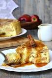 Πίτα της Apple με τη σάλτσα κανέλας και καραμέλας Στοκ φωτογραφία με δικαίωμα ελεύθερης χρήσης