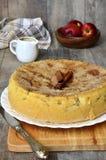 Πίτα της Apple με τη σάλτσα κανέλας και καραμέλας Στοκ εικόνα με δικαίωμα ελεύθερης χρήσης