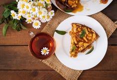 Πίτα της Apple με τη σάλτσα καραμέλας σε ένα ξύλινο υπόβαθρο Στοκ Εικόνες