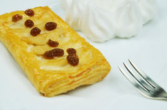 Πίτα της Apple με τις σταφίδες και κτυπημένη κρέμα στο πιάτο, Στοκ εικόνα με δικαίωμα ελεύθερης χρήσης