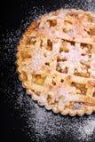 Πίτα της Apple με τις σταφίδες στο μαύρο πίνακα Στοκ Φωτογραφίες