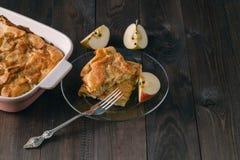 Πίτα της Apple με τις φέτες μήλων και τριζάτη κρούστα σε έναν ξύλινο πίνακα Στοκ Εικόνα