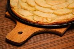 Πίτα της Apple με τις φέτες μήλων σε ένα πιάτο κινηματογράφηση σε πρώτο πλάνο, τοπ άποψη Στοκ Εικόνες