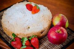 Πίτα της Apple με τις φράουλες Στοκ Φωτογραφίες